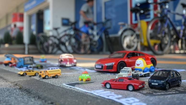 Ovi autići su za Holding:  'Vozi Miško dok se grad raspada'...