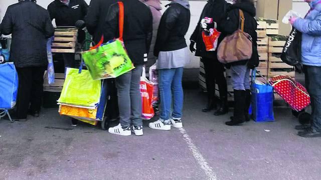 Blizanci Vasić na tržnici gdje se dijeli hrana za siromašne