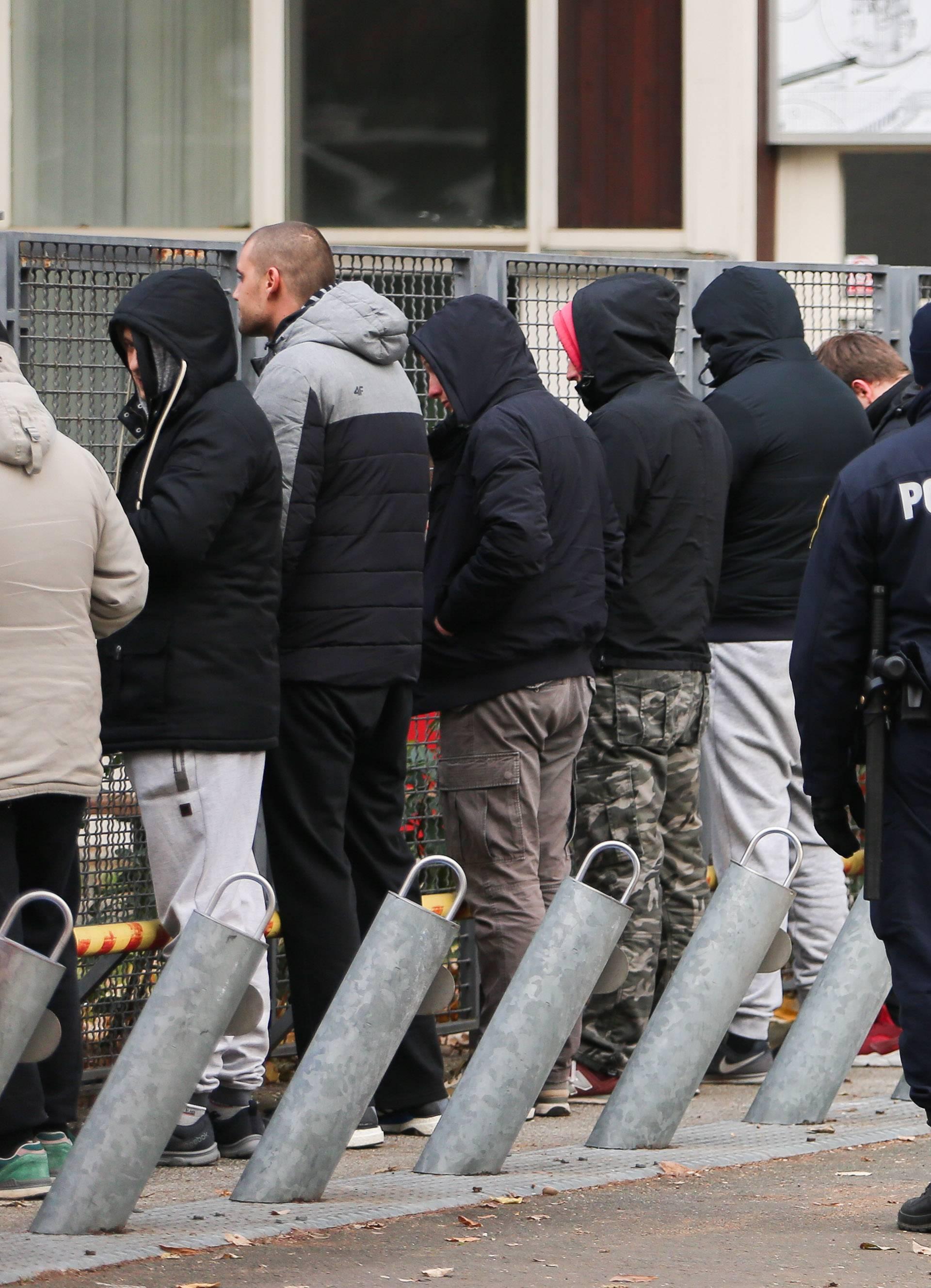 Policija presrela kombi: Izveli muškarce i postrojili ih na ulici