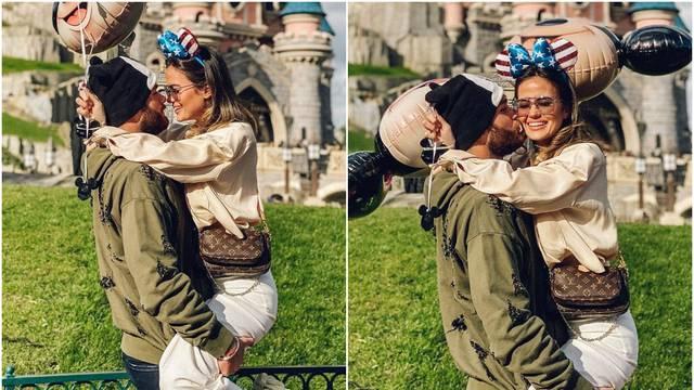 Ćaleta-Car i djevojka uživaju u Disneylandu: Ljubili se u parku