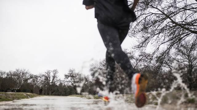 Je li sigurno trčati po kiši? Evo kako se pripremiti i što obući