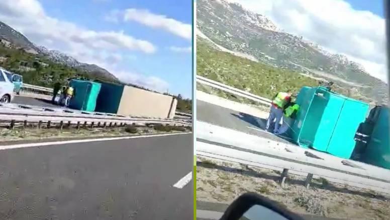 VIDEO Na A1 kraj Posedarja se zbog vjetra prevrnuo kamion