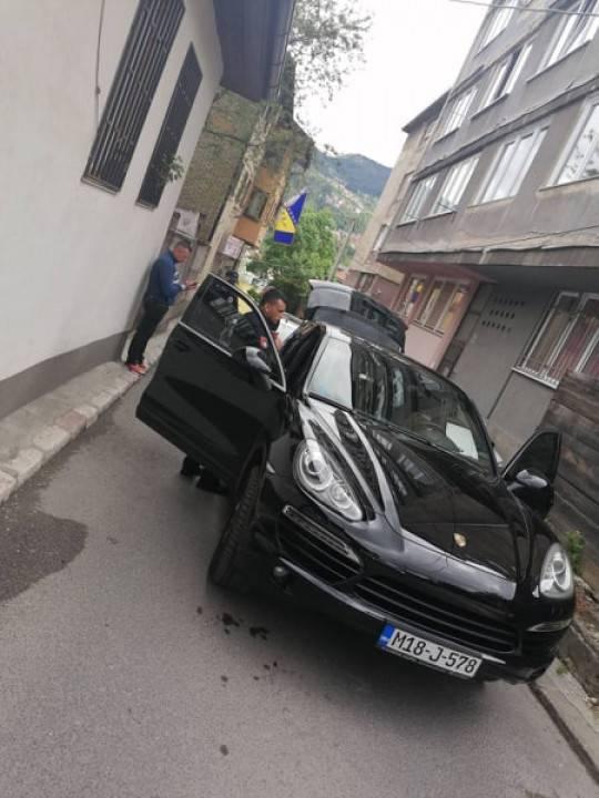 Porscheom bježao policiji, kad su ga zaustavili izvukao pištolj