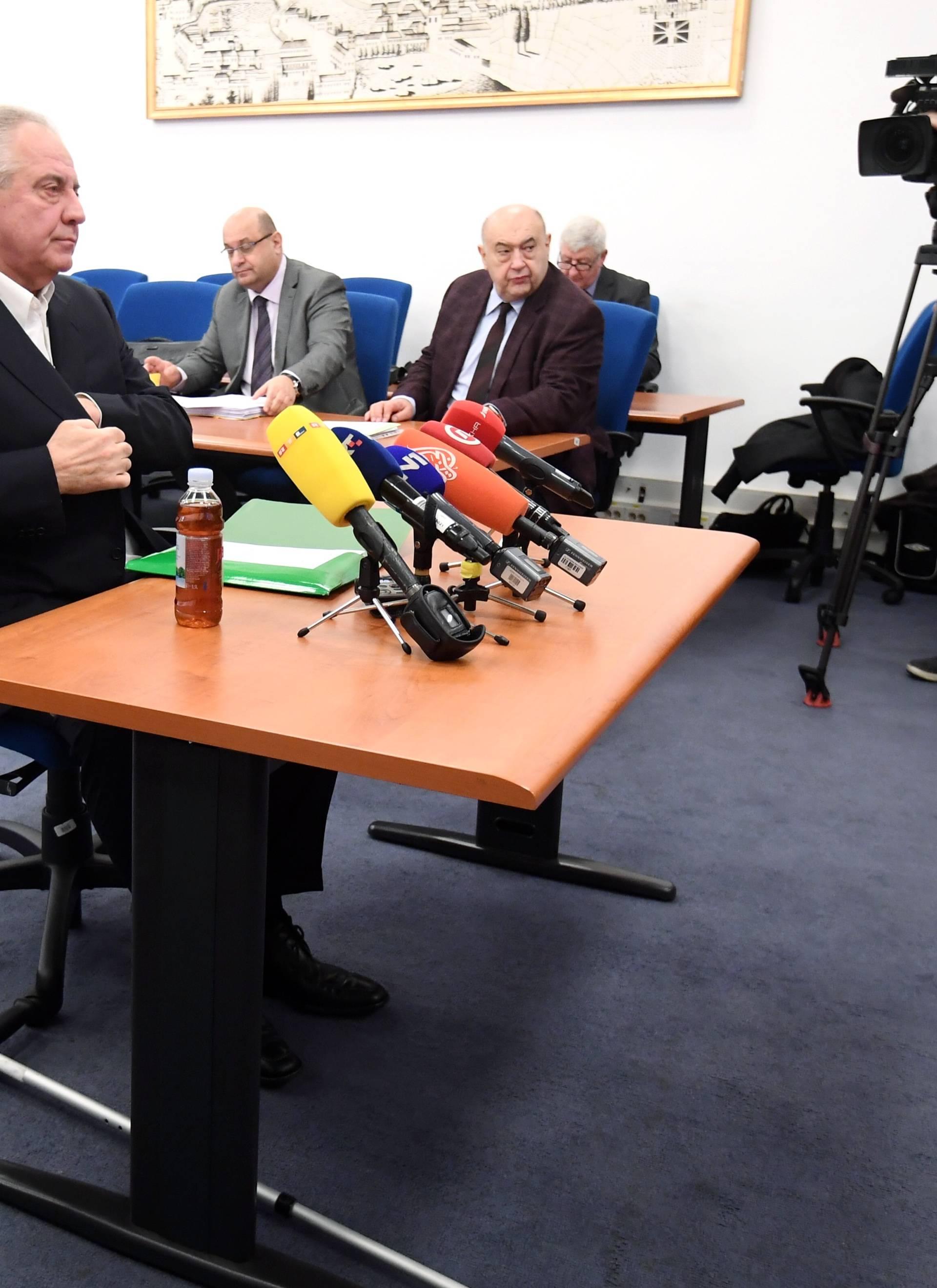 Ivo Sanader okrivio HDZ pa se ispričao da ga previše bole leđa