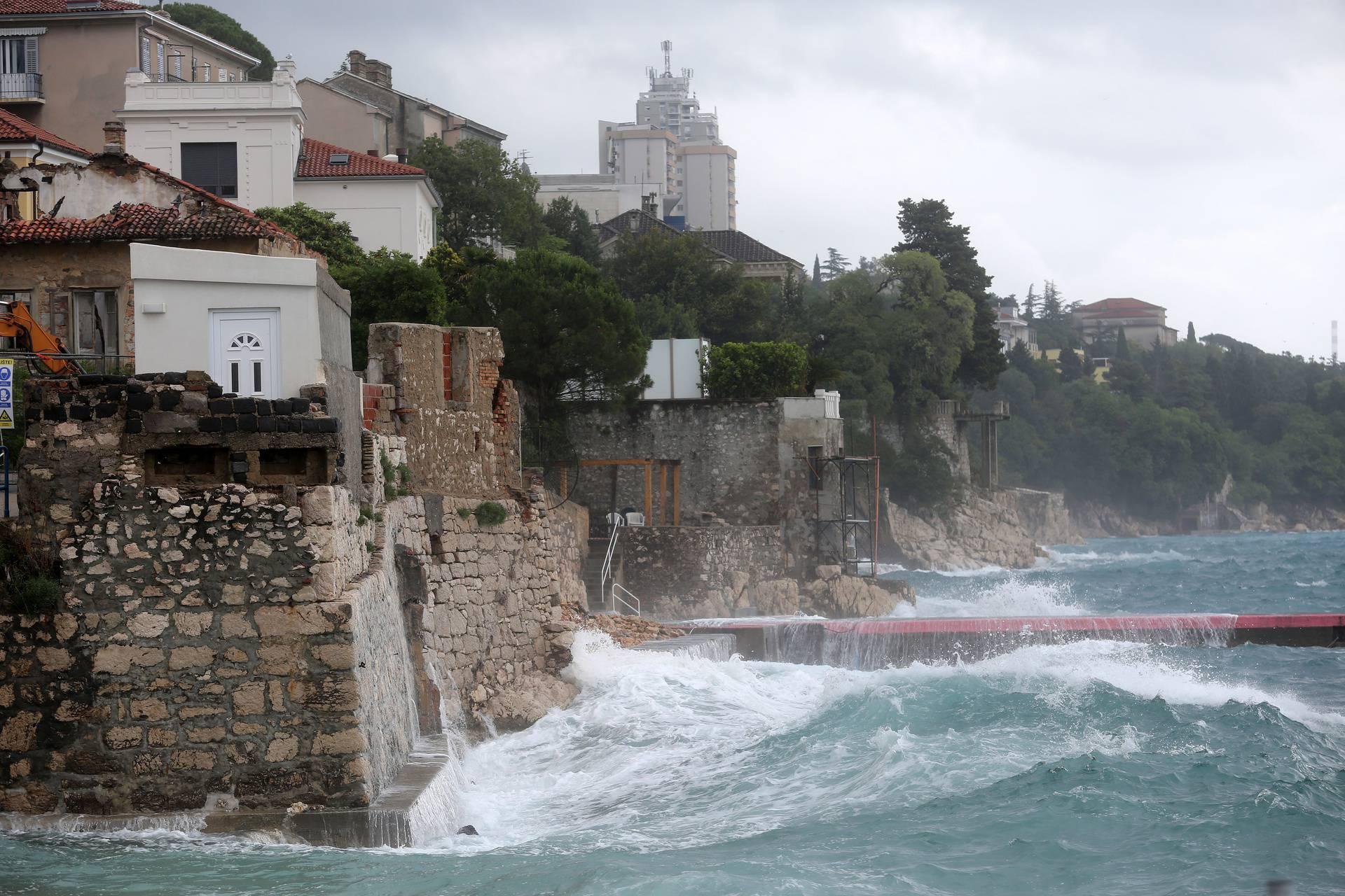 Muškarac se utopio na riječkoj plaži Pećine: 'Pijani prijatelji nasilno su ga gurnuli u more'