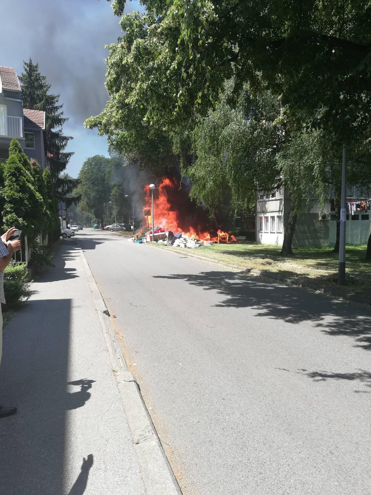 Zapalili glomazni otpad: Osam vatrogasaca izašlo je na teren