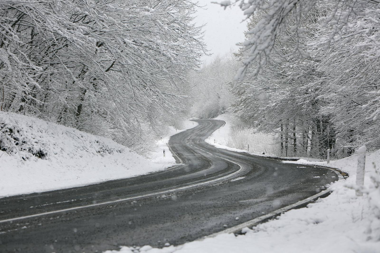 Gorski kotar pod snijegom, ceste su prazne, a policija provjerava propusnice
