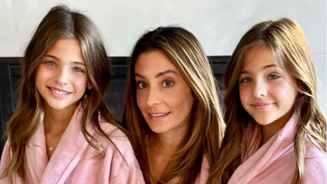 Mamu najljepših blizanki zbog slike optužili da ih iskorištava