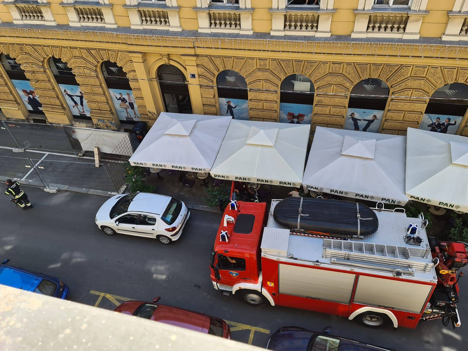 Kakva bahatost! Blokirao cestu autom, vatrogasci trube: Ništa!
