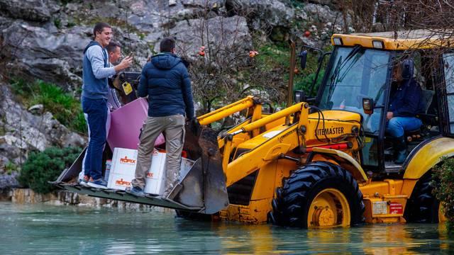 Evakuacija mještana i gradnja zečjih nasipa u poplavljenom selu Kokorići