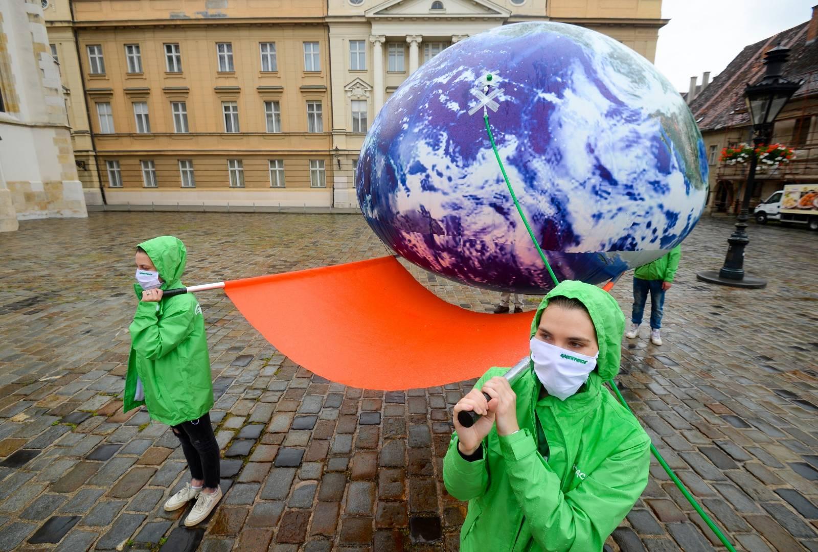 Zagreb: Članovi Greenpeacea na Markov trg donijeli planetu Zemlju spojenu na infuziju
