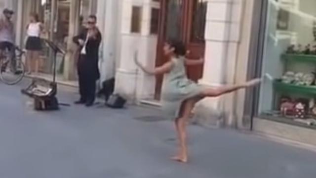 Minuta sreće i mira: Plesom na ulici 'raspekmezila' je internet