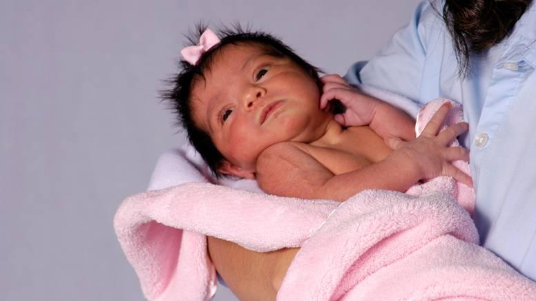 Mame, ne bojte se maziti svoje bebe: Tako im ubrzavate razvoj