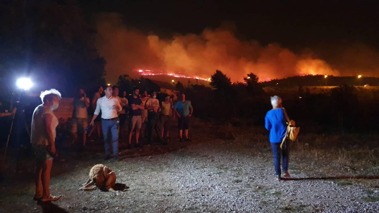 Besana noć pred vatrogascima: Počeli su evakuirati stanovnike