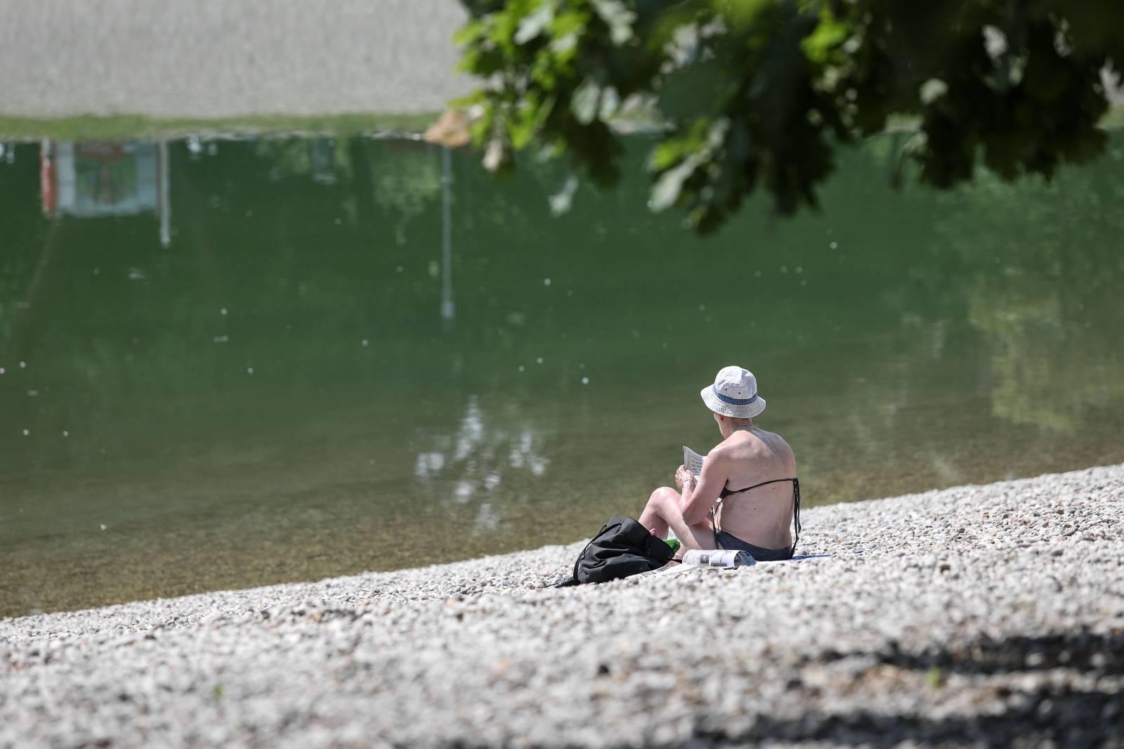 Zagreb: Građani osvježenje od vrućina potražili na jezeru Bundek