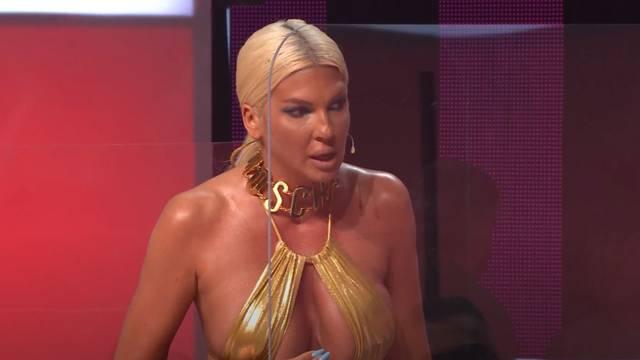 Napala Karleušu zbog golišavog videa: Sramota!; ona odbrusila: 'U čemu se vi kupate gospođo?'