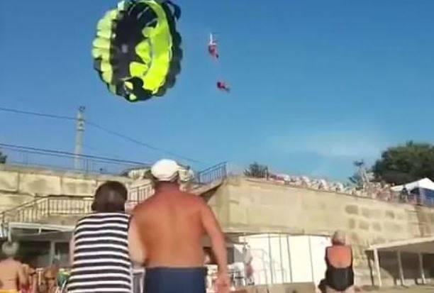 Udarila ih struja: Zapeli za električni stup pa pali na plažu