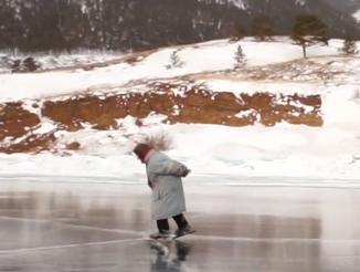 Baka (76) iz Rusije kliže na klizaljkama starim 70 godina