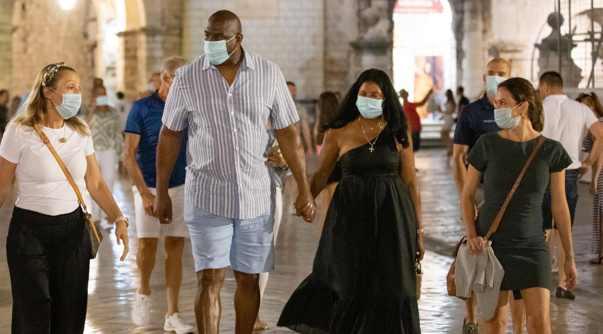 Johnson i žena 'skoknuli' su do Dubrovnika: Šetali su s maskom na licu pa je skinuli  za poziranje