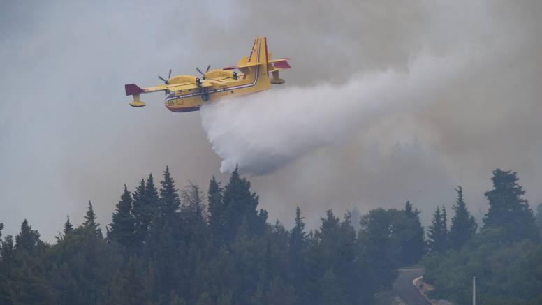 Buknuo požar na Biokovu i kod HE Vinodol, 40 vatrogasaca i jedan kanader gase vatru...