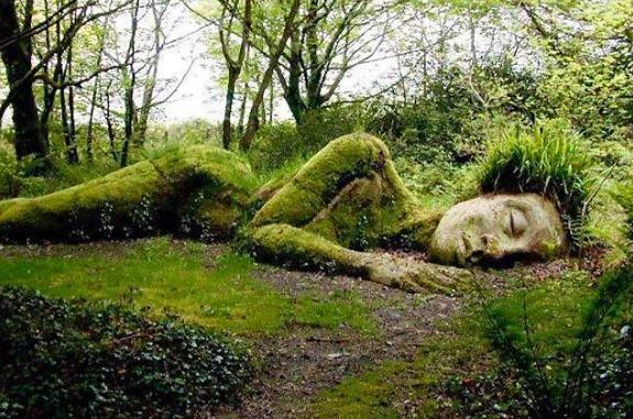 Čudesna 'djeva od blata' je kip koji mijenja oblik ovisno o dobu