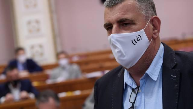"""Zagreb: Saborski zastupnici Mosta u Sabor došli s maskama na kojima piše """"tć"""""""