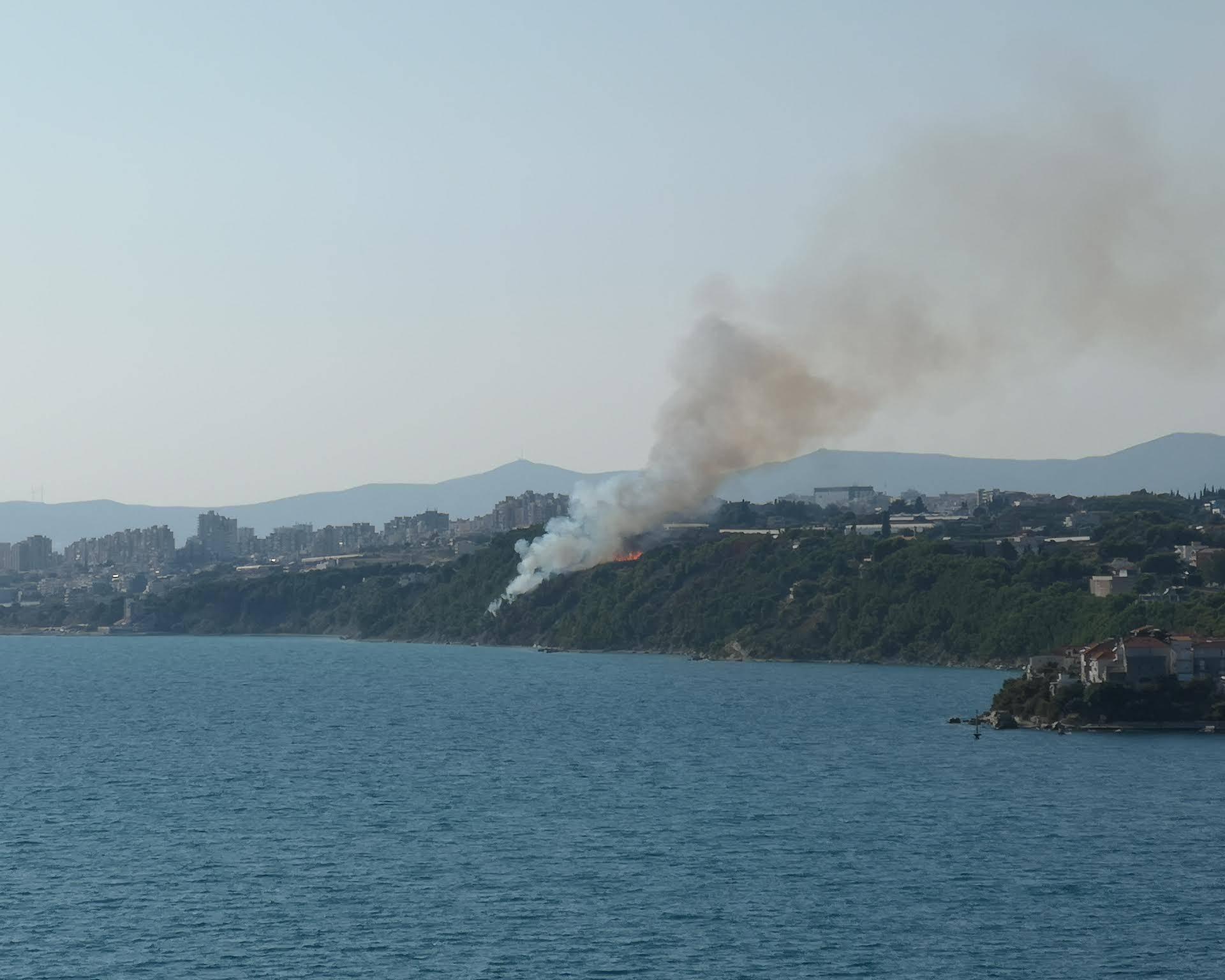 Na istočnom ulazu u Split je buknuo požar, u tijeku gašenje