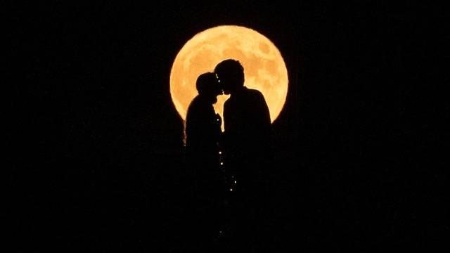 Puni mjesec iznad Nina
