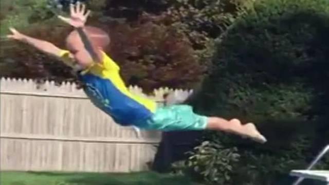 Fan Jackieja Chana: Ovako sin Owena Wilsona skače u bazen