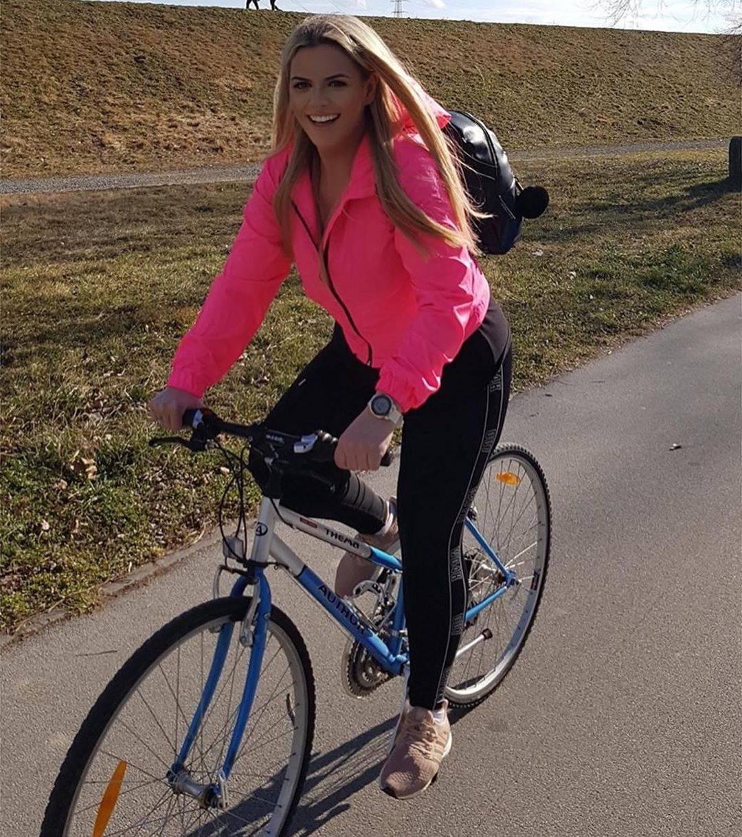 Nina Martina odmara na Bledu, a Mario uči za fitness trenera...
