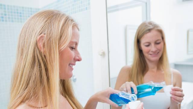 Vodice za ispiranje uklanjaju naslage iz usta i čuvaju zube