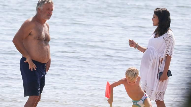 Tata od formata: Baldwin i žena uživali na plaži, on se zapustio