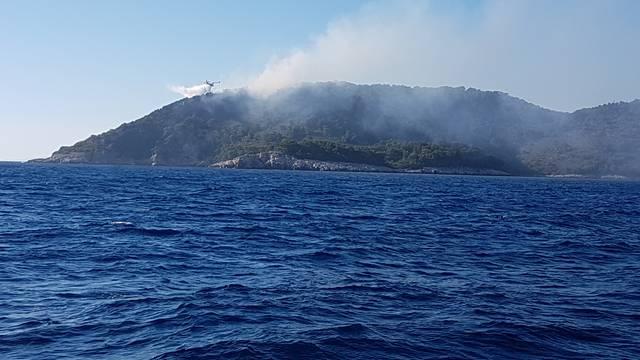 Požar na otoku Mrčara kraj Lastova: Gase ga kanaderima