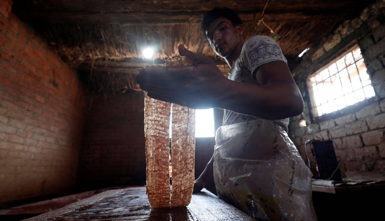 Proizvodnja papirusa u Egiptu u maloj radionici u blizini Kaira