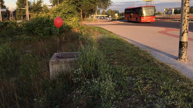 Zagrepčane ujutro na ulicama dočekali jezivi crveni baloni...