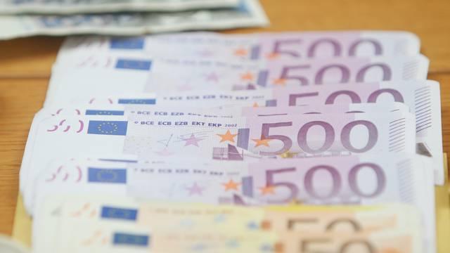 Žena pronašla 20.000 eura na bankomatu i odmah ih vratila