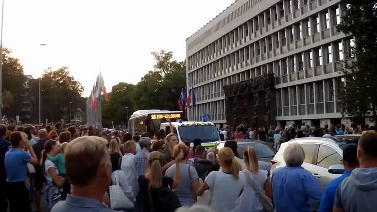 Opet prosvjed u Ljubljani zbog covid potvrda, održali minutu šutnje za preminulu djevojku