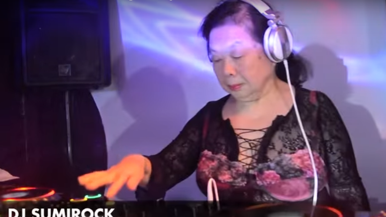 'DJ, može ova stvar?': Bakica noću diže atmosferu hitovima