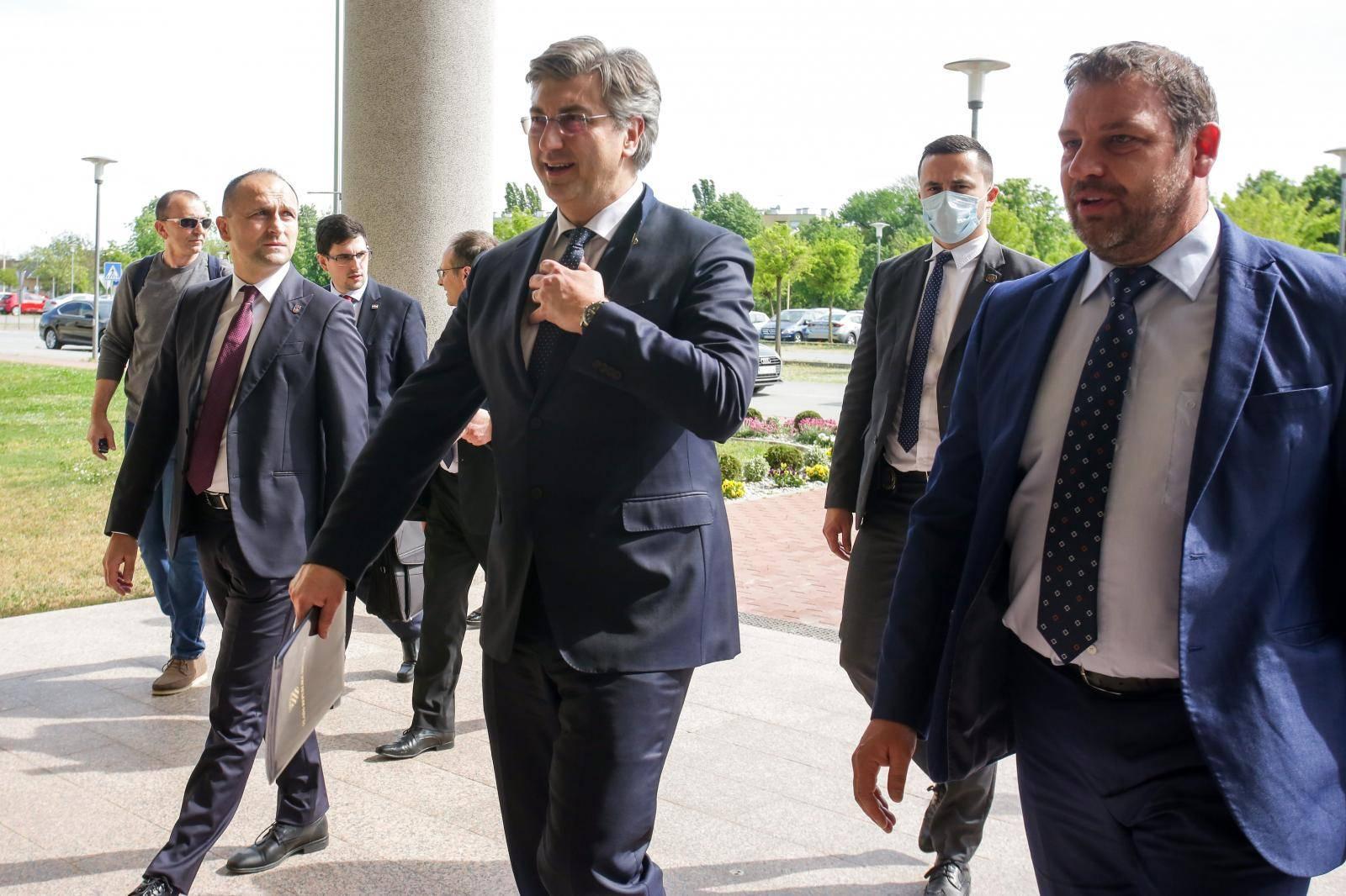 Plenković u šetnji ravnicom poručio: Proizvodit ćemo više!