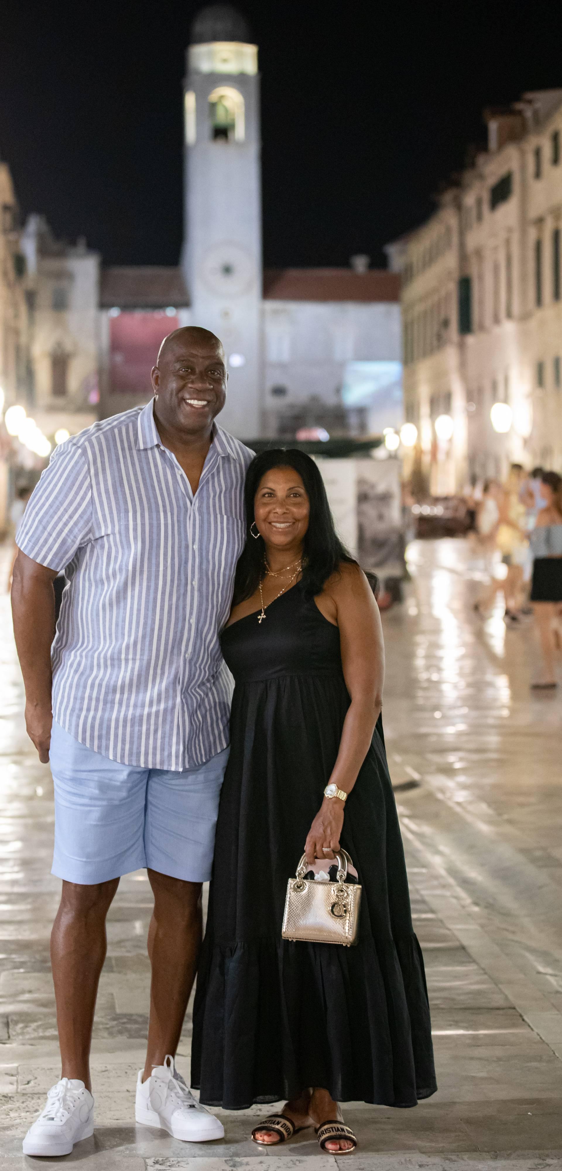 Magic Johnson u društvu supruge prošetao Stradunom