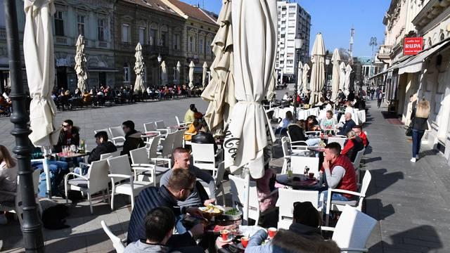 Slavonski Brod: Terase kafića u središtu grada prepune su gostiju