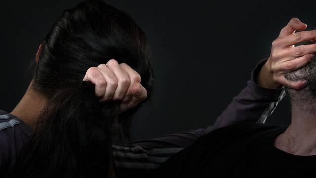 Naoružana mačetom napala bivšeg i natjerala ga na seks