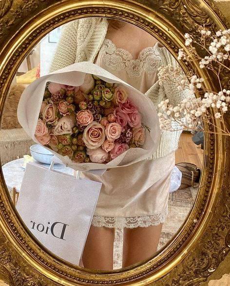 Parižanka Jeanne Damas voli eterične haljine inspirirane romantičnim negližeom