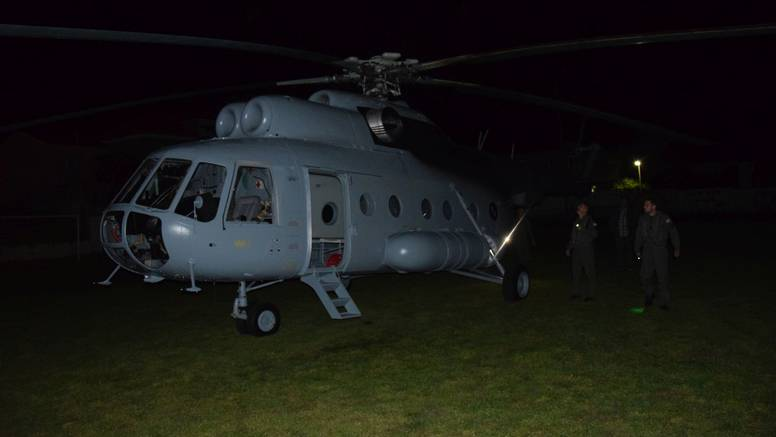 Vojska helikopterom prevezla bebu u inkubatoru i dijete (7)