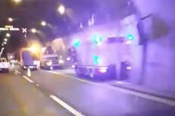 Kamion se zabio u zid, većina tereta mu se rasula u tunelu