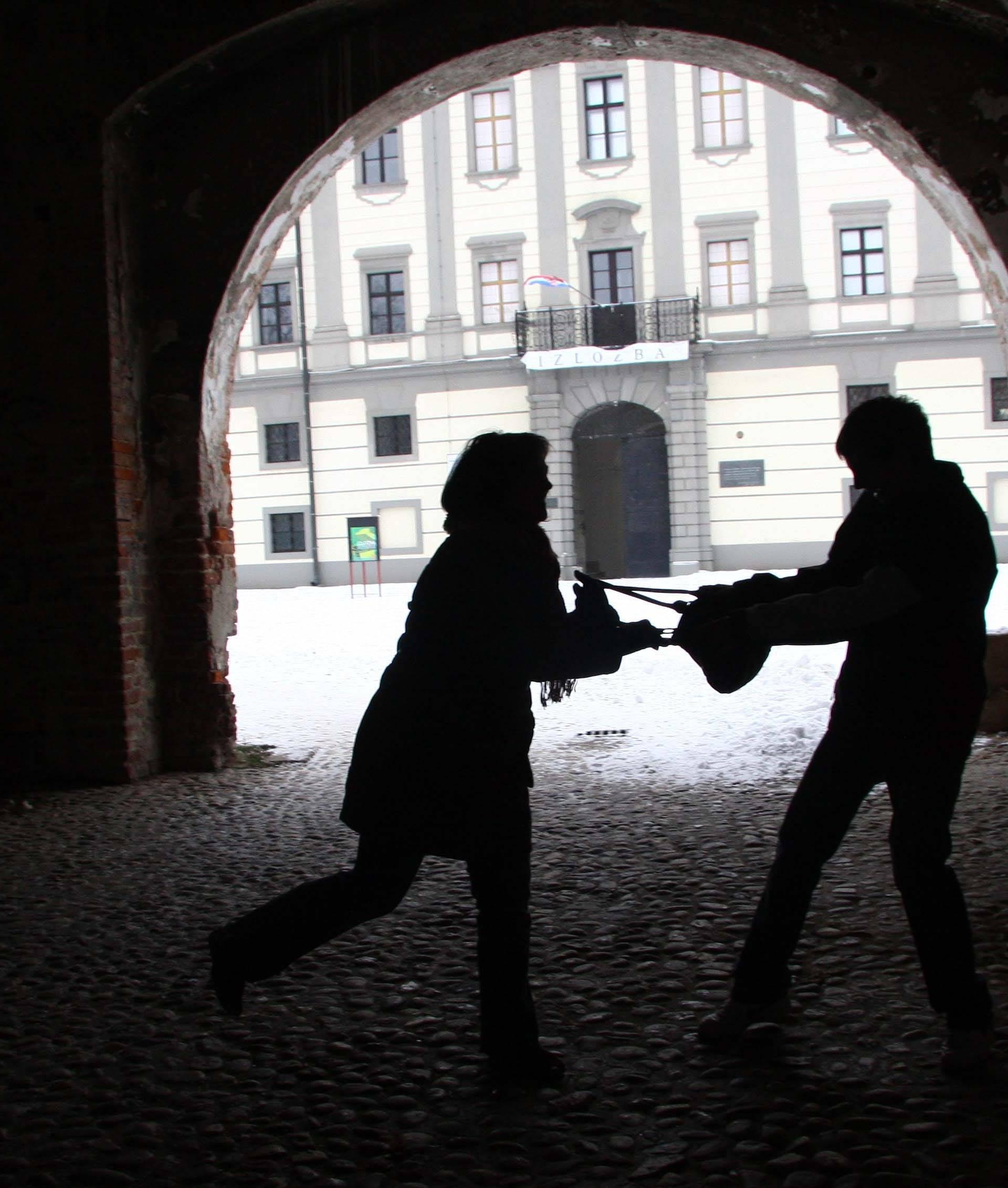 Dvije žene su opljačkane na isti način: Uzeo novčanik iz torbice
