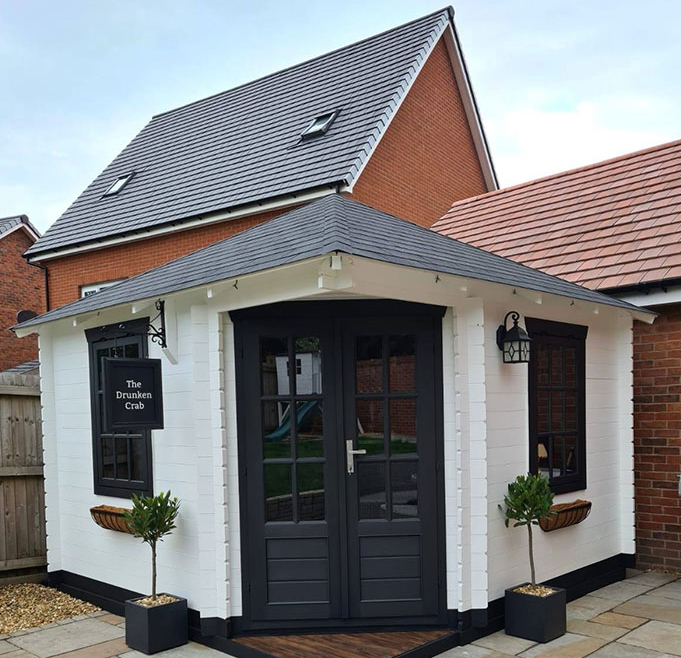 Muž i žena napravili mini-pub u vrtu pun prekrasnih detalja