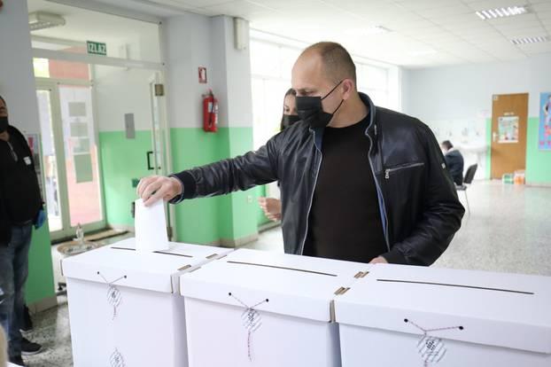 Ivan Anušić, kandidat za župana, glasovao na biračkom mjestu u Antunovcu
