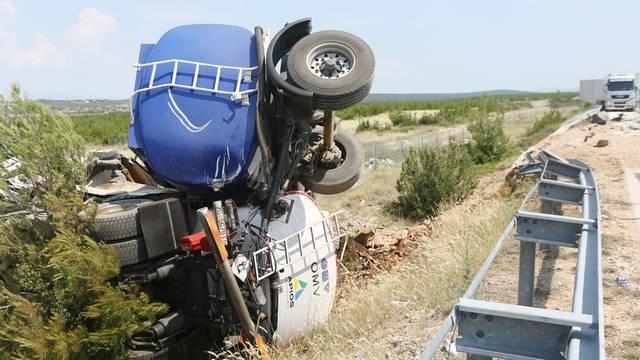 Sudar cisterne i tegljača kod Pirovca: Vozač se bori za život