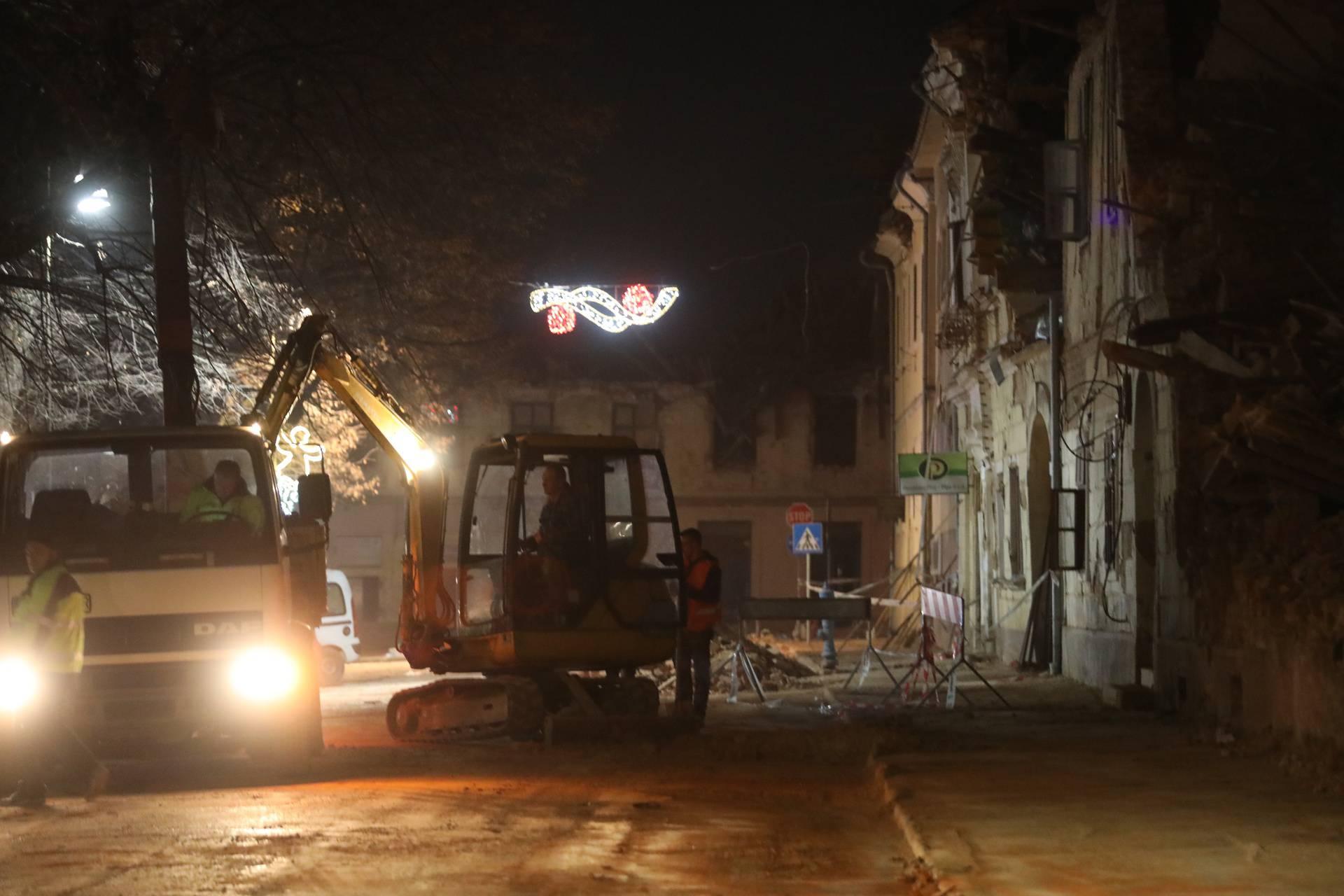Puste ulice Petrinje s tek ponekim stanovnikom koji uklanja ruševine s ceste